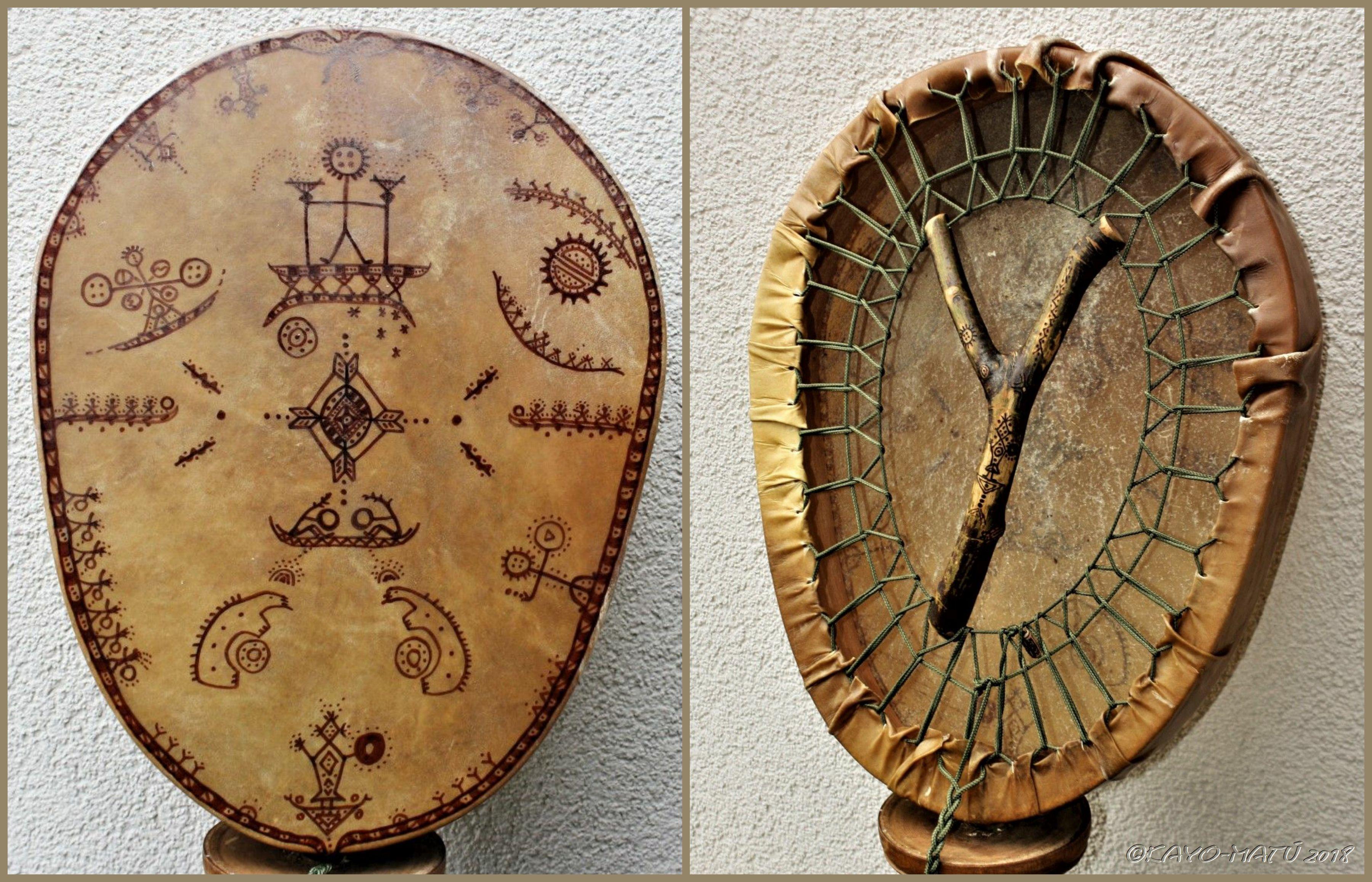 """<em><span style=""""color: #800000;"""">RØNNE BŒMM - Eigene sámisch inspirierte Trommel mit dem typischen Kayo-Matú Astgabel - Spannystem</span></em>"""
